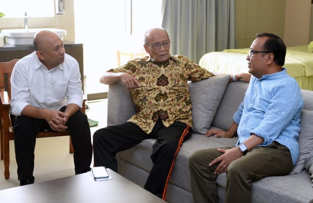 Presiden Jokowi Utus Mensesneg Jenguk Buya Syafii